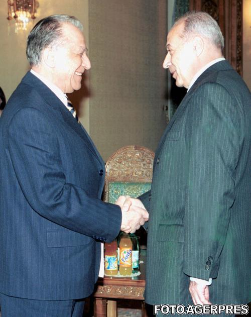 2002-cu-ion-iliescu-la-consultarile-pe-tema-modificarii-constitutiei-intre-presedintele-romaniei-si-reprezentantii-pur-sursa-agerpres