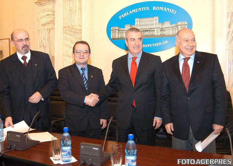 2005-la-semnarea-protocolului-coalitiei-guvernamentale-de-catre-reprezentantii-aliantei-pnl-pd-pur-si-udmr-sursa-agerpres